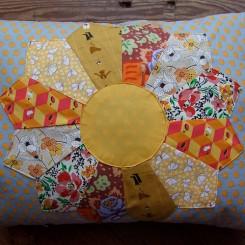 almofada flor amarela