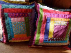 almofadas cores e bolas